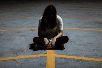mujer sola en un parking miedo